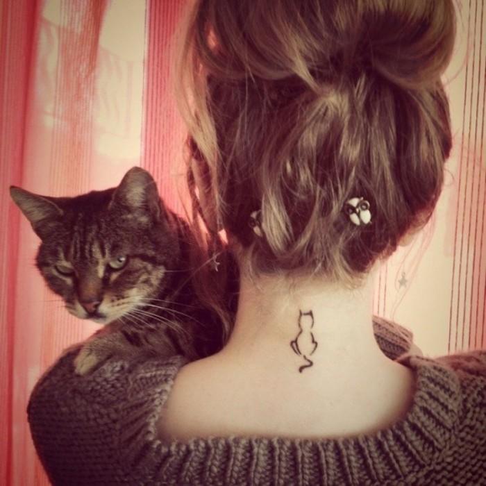 tatuaj femeie pe gat