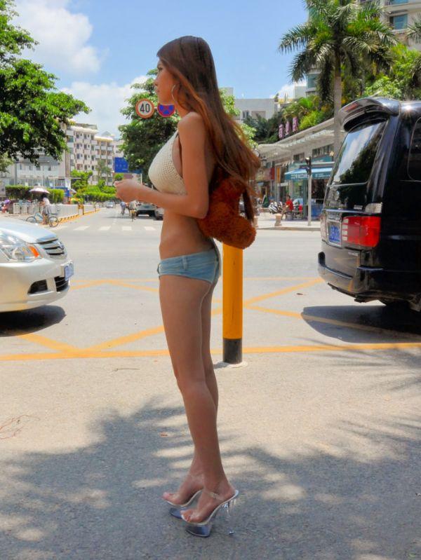 femeie in pantaloni scurti