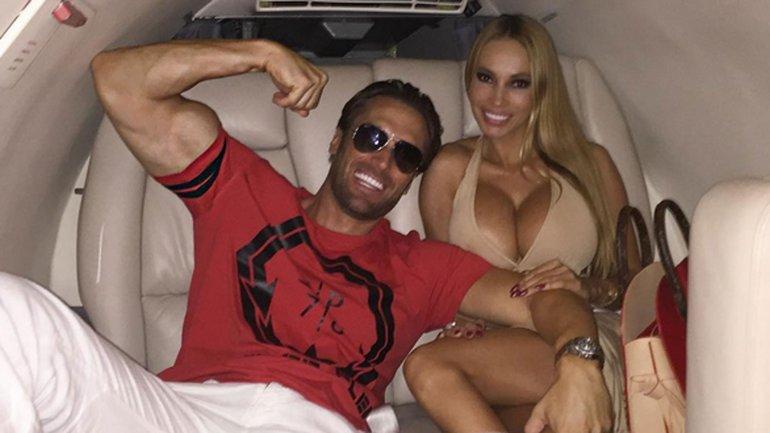 Cuplul Yotta in avionul privat.