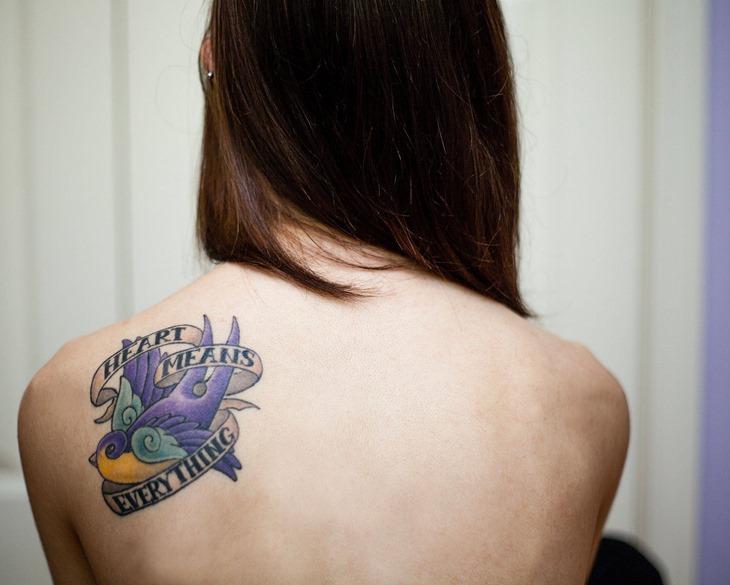 tatuaj in partea din spate a umărului