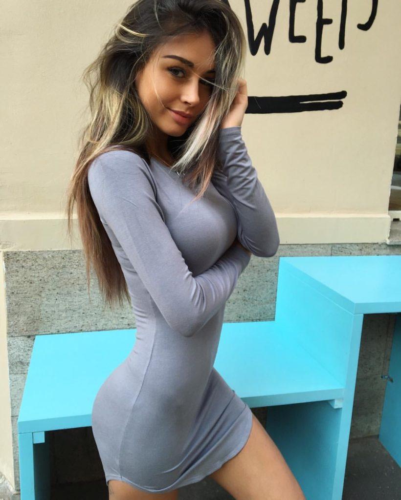 femeie-sexy-rochie-strimta